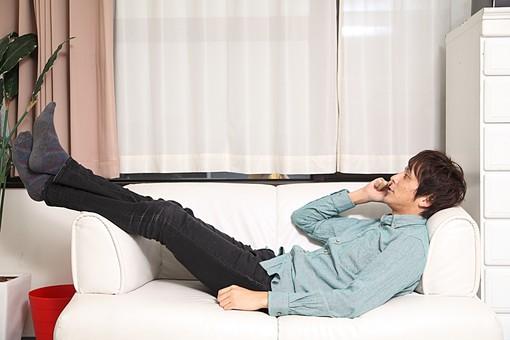 人物 日本人 男性 若者 若い 20代  1人 部屋 室内 屋内 リビング  ソファ 電話 携帯 スマホ スマートフォン  寝そべる 寛ぐ くつろぐ リラックス おしゃべり お喋り 話す 休日 オーバーリアクション 全身 mdjm009