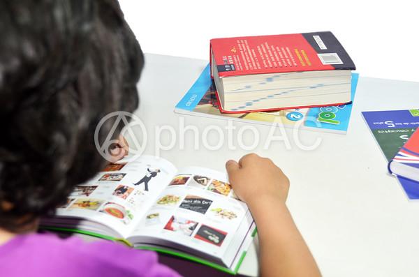 本を読むスペインの少年18の写真