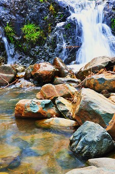 外国 海外 アジア 東南アジア フィリピン 熱帯 モンスーン 多雨 屋外 風景 景色 野外 自然 風景 景色 水辺 水 滝 白糸 水流 流れ 岩 滝つぼ 淵 岸壁 岩肌 植物 草 涼しい マイナスイオン