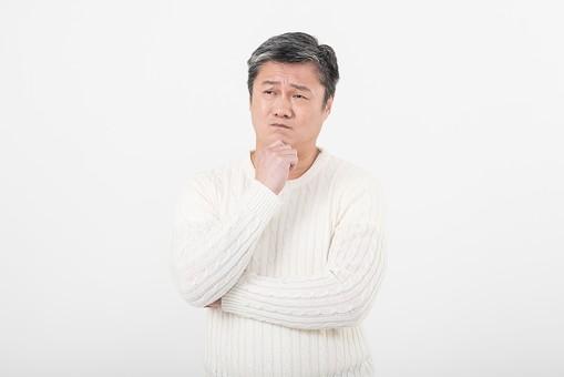 50代 中年 中高年 シニア ポーズ 白背景 白バック  白髪 しらが グレー グレーヘア 短髪 父 お父さん おじさん おじいさん おじいちゃん 目上 セーター 白いセーター 私服 プライベート  顎 手 当てる 添える 考える 悩む はてな クエスチョン 腕組み 腕 組む   日本人 男性 男 mdjms013
