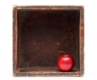 リンゴ りんご 林檎 果物 ミニリンゴ ミニりんご フルーツ デザート 赤 赤色 食べ物 食物 食材 新鮮 自然食品 植物 実 果実 茎 ミニ 小さい 木箱 箱 素材 木製 木材 容器 古い イメージ レトロ アンティーク 老朽化 汚れた 正方形 白背景 白バック 白 背景 スタジオ撮影