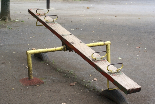 シーソー 遊具 遊び 子供 幼児 公園 二人乗り あそびば バランス レトロ 懐古 懐古的 懐かしい 懐かしさ 記憶 昔 過去 やじろべえ 大人 幼稚 楽しい パーク 時代 景色 広場 ひろば 児童 児童公園