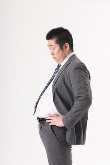 日本人  男性 一名 一人 1人 ぽっちゃり 肥満 ダイエット 痩せる 痩せたい 目標 ビフォー アフター 太っている 太り気味 メタボ メタボリックシンドローム 脂肪 体系 ボディー 白バック 白背景 スーツ サラリーマン 営業マン ネクタイ ビジネスマン 仕事 背広 ビール腹 お腹を触る お腹が出てる 横向き 気にする 悩む 困る mdjm017
