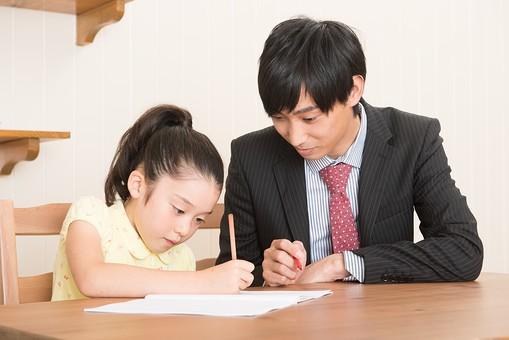 人物 日本人 男性 子供 こども  女の子 小学生 勉強 学習 教育  家庭教師 家庭学習 中学受験 受験勉強 成績  自宅 屋内 部屋 机 教える  教わる マンツーマン 書く 問題 解く 見守る 指導する 熱心 集中   mdjm005 mdfk014