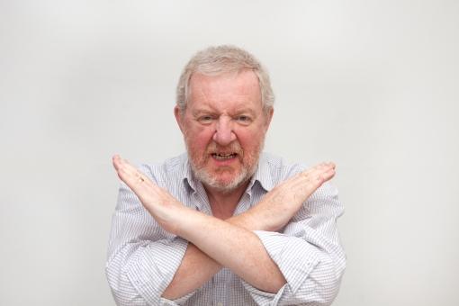 シニア 外国人 正面 ひげ 髭 上半身 髭面 白髪 シャツ 一人 初老 白背景 室内 指 バツ × 拒否 怒り 怒る 恫喝 指し示す 両手 アクション アップ 断る 拒絶 つっぱねる 不成立 不認可 不承諾 拒む 男性 mdjms002