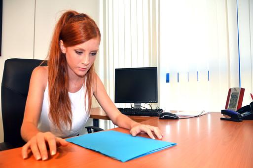 会社 オフィス ビジネス 仕事 職場 屋内 室内 働く  人物 女性  上司 部下 先輩 後輩 白人 インターナショナル 外国人 外人 外人女性 白人女性 グローバル デスク パソコン 資料 ファイル mdff126