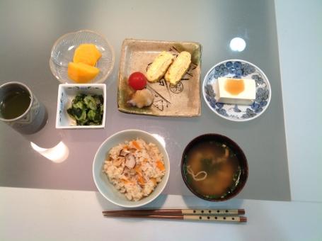 介護食 健康食 バランス食 夕食 老人食 盛り付け 料理 食卓 食品 テーブル 卵 献立 メニュー 管理栄養士 調理師 混ぜご飯 炊き込み 味噌汁 豆腐 和食