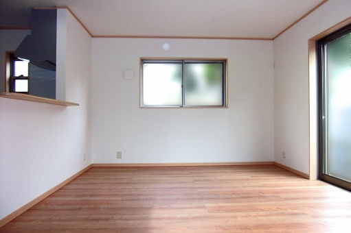 住宅 リビングルーム リビング 部屋 内装 インテリア 窓 白い壁 壁 フローリング 洋室 洋間 家屋 家 住居 風景 景色 建物 建造物 建築 建築物 陽だまり 陽ざし 陽光