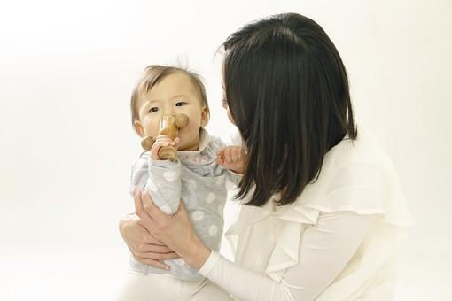 親子 母子 親 おや 母 母親 ママ マザー 子ども 子供 子 赤ちゃん 赤ん坊 乳児 幼児 ベイビー 絆 女性 女 人物 触れ合い ふれあい 室内 部屋 座る 玩具 おもちゃ 抱っこ だっこ 抱く 日本人 mdfk006 mdjf016