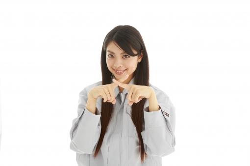 人物 日本人 女性 女の子 20代  モデル かわいい 美人 ロングヘア 作業服  作業着 スタジオ撮影 白バック 白背景 仕事  技術職 ガテン系 作業員 指 ばつ バツ クロス ダメ 駄目 NG 失敗 禁止 反対 拒否 合図 ジェスチャー 上半身 mdjf019