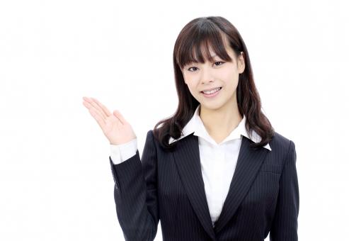 女性 人物 ビジネスウーマン 20代 二十代 女の子 若い 日本人 笑顔 えがお ポートレート モデル かわいい 可愛い きれい 綺麗 美しい 美人 ビジネス オフィス スーツ オフィスレディー 会社 会社員 企業 仕事 働く 職場 ol 秘書 手 手の平 手のひら イメージ インフォメーション プレゼンテーション 紹介 説明 情報 案内 ようこそ お勧め 勧める 表示 標示 朗らか にこやか ほほえむ 微笑む ほほえみ 微笑み 白 背景 白バック 白背景 スタジオ撮影 スタジオ 無地背景 1人 一人 余白 コピースペース アップ 上半身