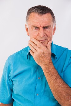 人物 男性 外国人 外人 外国人男性 外人男性 老人 熟年 年配者 屋内 上半身 前向き 正面 シャツ 青色 ブルー カジュアル 50代 60代 白バック 顎に手を当てる あご 手をあてる 考える 思考 疑惑 疑問視 シニア mdjms010