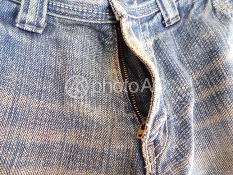 ズボンのチャックが開いているの写真