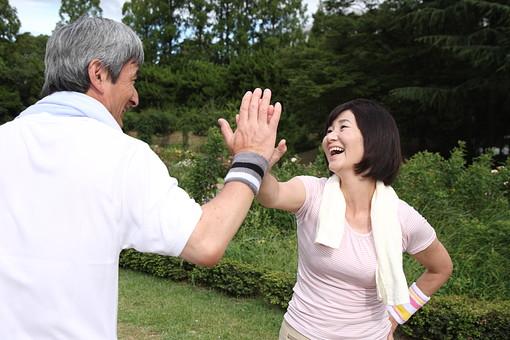 シニア 老人 おばあちゃん 中年 おばあさん 夫婦 おじいさん おじいちゃん 仲良し ハイタッチ 手 合わせる 喜ぶ タオル 屋外 公園 スポーツ 休憩 休む ジャージ 人物 日本人 60代 運動 生活 暮らし ライフスタイル シニアライフ mdfs002 mdjm013