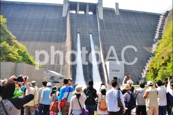 ダムの放流を見る人々の写真