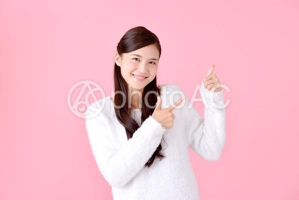 指さす女性19の写真