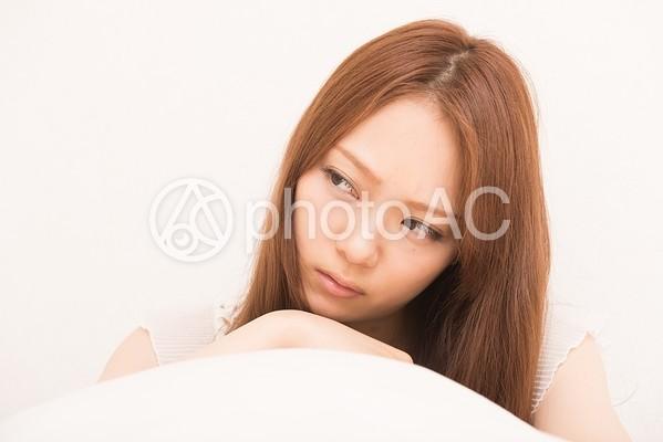 考え事をする女性の写真