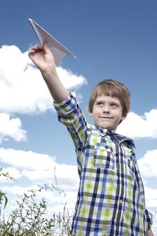 自然 青空 空 雲 青 グラデーション 晴天 天気 晴れ 紙 紙飛行機 飛行機 工作 作る 折る 作品 飛ぶ 飛ばす 投げる 白 人物 外国人 子供 小人 男の子 植物 緑 草 野草 雑草 背景 室外 屋外 mdmk014