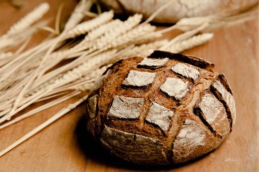 パン パン作り ブレッド フランスパン カンパーニュ 手作り パン屋 ホームメイド クッキング 天然酵母 小麦粉 強力粉 イースト菌 ドライイースト 全粒粉 生地 こねる 伸ばす 丸める 発酵 砂糖 塩 材料 並べる オーブン 焼く 天板  焼きたて 小麦 麦