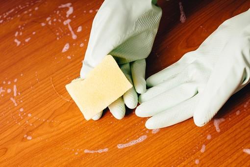 クリーナー 汚れ 木目 床 テーブル 机 屋内  掃除 白 洗剤 家庭 清潔 綺麗 きれい 家事 濯ぐ 衛生 労働 クローズアップ 黄緑 両手 擦る 拭き取り スポンジ カイメン 海綿 泡