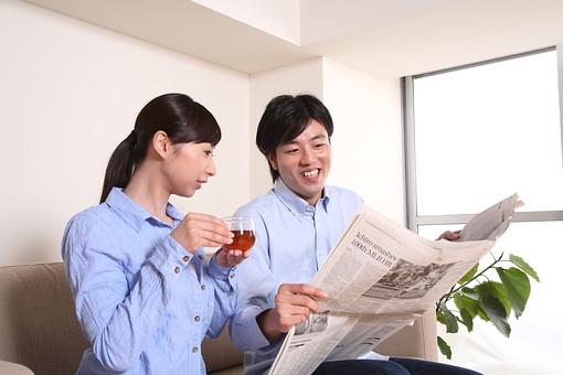 男 男性 女 女性 若者 20代 夫婦 人物 カップル ディンクス 若い 新婚 ソファ リビング リラックス 休日 ライフスタイル コミュニケーション 仲良し 新聞 時事問題 紅茶 若い 日本人 mdjf033 mdjm003