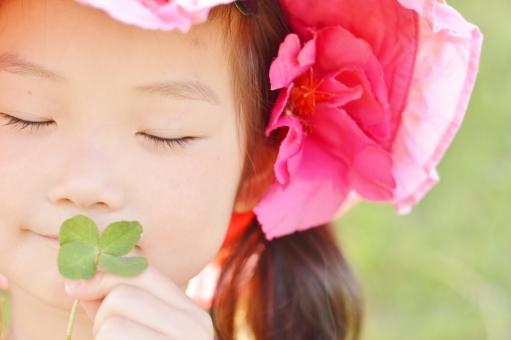 四つ葉 子供 こども 子ども 女の子 3歳 微笑む 日本人 クローバー mdfk023