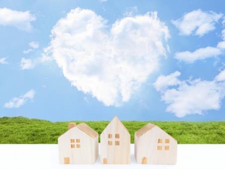 ハート型の雲と青空と家の写真