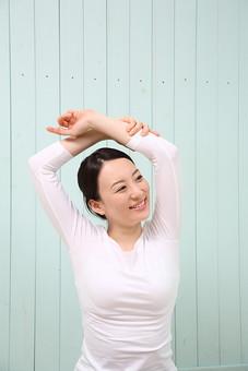女性 若い女性 女 人物 部屋 一人暮らし リラックス 日本人 ライフスタイル 20代 休日 フィットネス 健康 ダイエット ストレッチ ヨガ YOGA 運動 体操 ポーズ 上半身 正面 室内 屋内 腕 伸ばす mdjf001