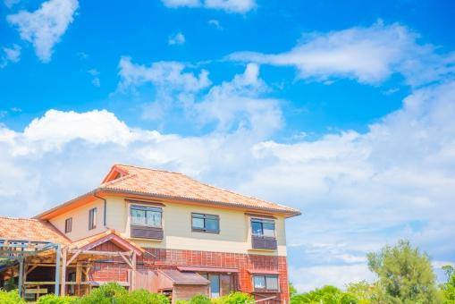 赤瓦 屋根 一軒家 一戸建て 青空 空 雲 緑 ハウス ファミリー 家族 家庭 さわやか ホーム グラデーション ブルー 南国 沖縄 トロピカル