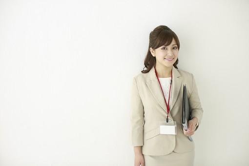 人物 女性 日本人 20代 30代  若い 若者 モデル おすすめ ポーズ  ビジネス OL 仕事 屋内 室内  オフィス 会社 スーツ 表情 ファイル 会議 打ち合わせ ミーティング 秘書 上半身 白バック 白背景 余白 コピースペース mdjf006