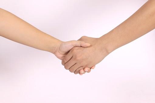 手 ハンド ハンドパーツ ボディパーツ 人物 指 手元 手首 ジェスチャー 身振り 肌 人肌 腕 パーツ 部位 片手 片腕 白バック 白背景 コピースペース テキストスペース 握手 絆 繋がり 2人 二人 結びつき 握る