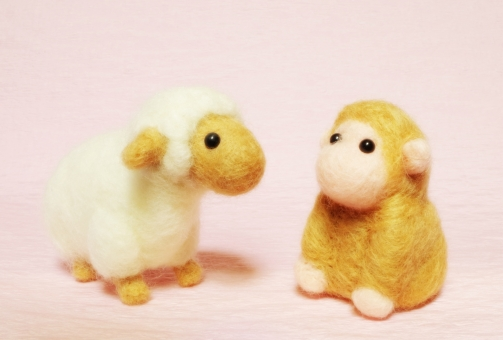羊毛フェルト ふわふわ 干支 十二支 年賀状 サル さる 申 猿 お正月 ひつじ 羊 未 ヒツジ バトンタッチ 交代 引継ぎ ピンク 白 茶 ゆく年くる年 年末年始 年越し
