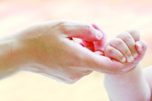 赤ちゃん 赤ん坊 子供 可愛い ベビー 優しい 誕生 人物 パーツ 柔らかい 手 親子 母親 ママ