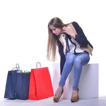 外国人 モデル 成人 大人 女性 女の人 可愛い 綺麗 若い ロングヘア ワンレングス モデル ファッション ショッピング 買い物 紙袋 赤 青 複数 持つ ジーンズ ピンヒール ハイヒール ジャケット リボン ポーズ 座る 室内 屋内 白背景 撮影 mdff032