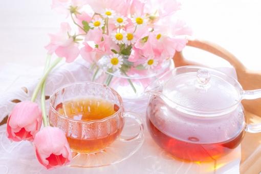 お茶 おやつ 花 チューリップ tulip スイートピー マトリカリア ピンク ピンクの花 紅茶 ティーポット 優雅 エレガント アフタヌーン アフタヌーンティー ガラスポット 幸せ 幸福感 幸福 トレー クロス 休憩 ひとやすみ 晴れ 光 爽やか ゆったり マダム ミーティング