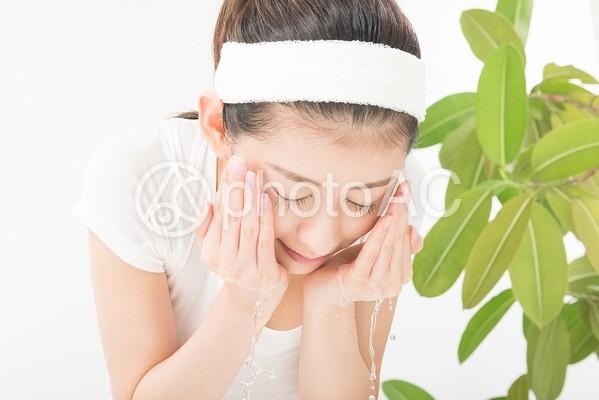 顔を水ですすぐ女性5の写真
