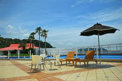 神奈川県 逗子 マリーナ プール 椅子 空 青 傘 風景