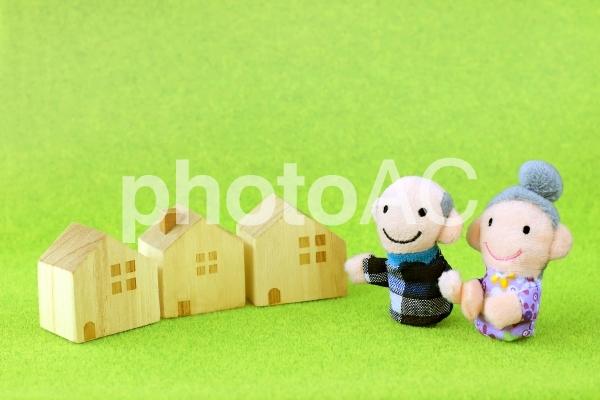 老夫婦と家の写真