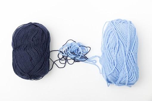 白バック 白背景 編み物 編物 毛糸 毛糸玉 糸 けいと 手芸 編み物用品 手編み ニット 編む 手作り 手仕事 ハンドメイド 趣味 ホビー 素材 資材 シンプル 雑貨 静物 スティルライフ 紺色 紺 水色 青 青色 2色 二色 絡まる 引き出す 2個 二個 2玉 二玉 並ぶ 並列