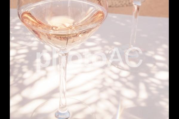 ロゼワインと木漏れ日の写真