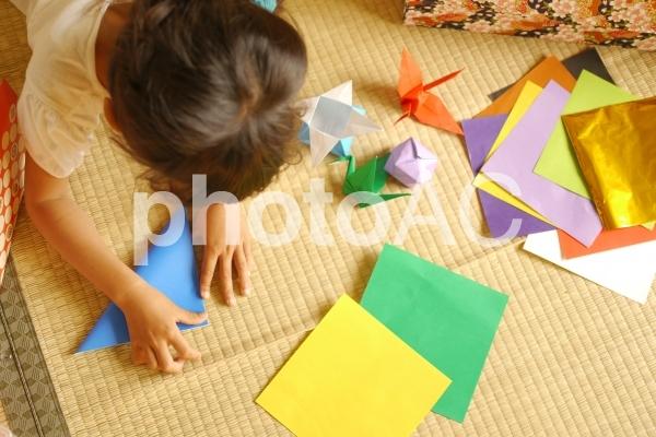 折り紙を折る女の子の写真