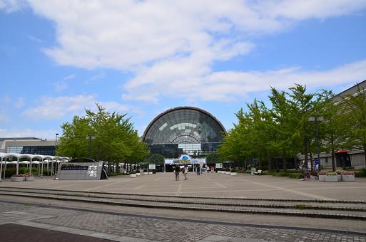 日本 関西 大阪 南港 インテックス大阪 建物 建築 建築物 施設 通路 即売会 ビジネス 自然 植物 木 樹木 葉 葉っぱ 緑 空 雲 青 白 青空 晴天 天気 晴れ 室外 屋外 風景 景色 景観
