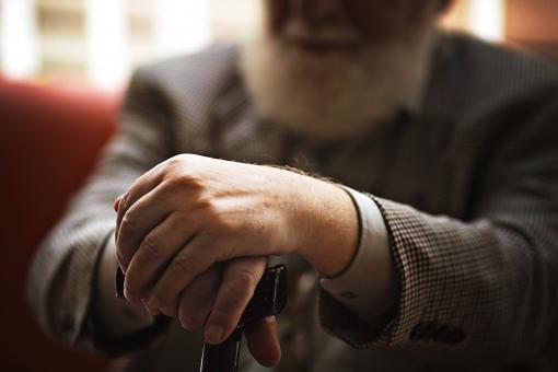 病院 医院 診療所 屋内 室内 ロビー 待合室 ソファ ソファー 外国人 白人 男性 老人 高齢 高齢者 おじいさん おじいちゃん 髭 ヒゲ ひげ 座る 腰掛ける 杖 つえ 待つ 休憩 持つ 手元 手 アップ 接写