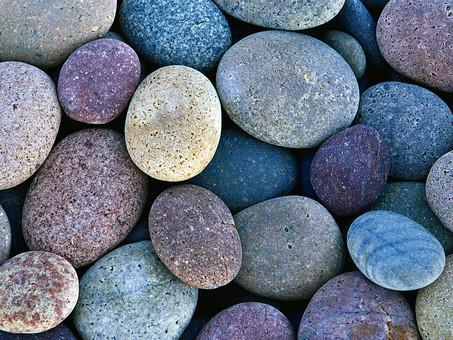 楕円形の石の写真