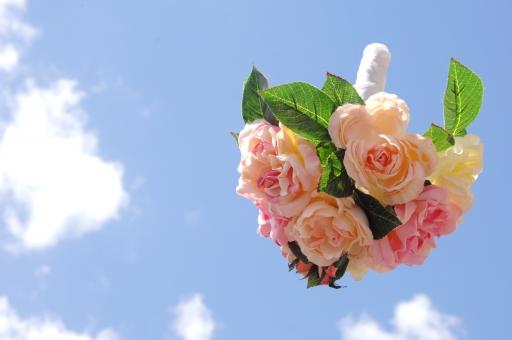 ブーケ ブーケトス 花束 花 花嫁 新婦 ウエディング 結婚 ブライダル 青空 空 雲 晴天 婚礼 結婚式 幸せ 愛 投げる ピンク