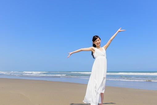 洋服 マキシワンピース 日本人 女性 ビーチ 海 砂浜 人物 旅行 旅 観光 オーシャン 青 ブルー 波 トラベル ホリデー 青空 晴天 晴れ 美女 綺麗 野外 屋外 夏 常夏 楽園 手を上げる 手を広げる 白 全身 開放感 mdjf011