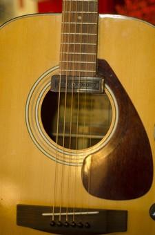 ギター エレクトリックアコースティックギター エレアコ 弦楽器 弦 ネック フィンガーボード 指板 フレット サウンドホール ブリッジ ブリッジサドル ストリングスピン ピックガード 音楽 ミュージック 演奏 伴奏 趣味 アンティーク 古い 中古 夢 ミュージシャン 思い出