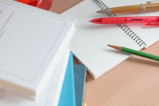 小物 文房具 書籍 本 鉛筆 ノート メモ 図書館 読書 学習 勉強 受験 試験 資格 ペン 机 予備校 知識 研究 赤 青 白 横位置 余白 学生 小学生 自習