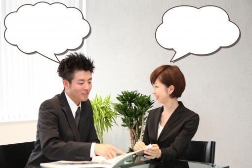 ふきだし 吹き出し 台詞 せりふ イラスト 合成 人物 男性 女性 日本人 ビジネス 仕事 スーツ 2人 男女 ビジネスマン OL キャリアウーマン オフィス内 会社 屋内 室内 打合せ 相談 オフィス 上半身 イス 椅子 座る 笑顔 mdjm003 mdjf002