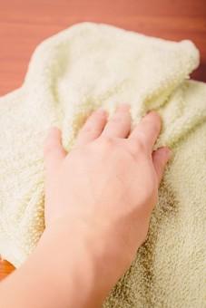 クリーナー 汚れ 木目 床 テーブル 机 屋内  掃除 洗剤 洗う 家庭 清潔 綺麗 きれい 家事 濯ぐ 衛生 労働 クローズアップ タオル 布 雑巾 黄緑 片手 掴む 握る 擦る 拭き取り 拭く 拭き掃除